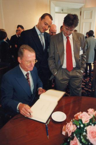 BDI Präsident Hans-Olaf Henkel beim Eintrag in das Gästebuch von THETA